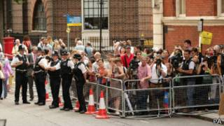 Crowd waiting to see the royal baby