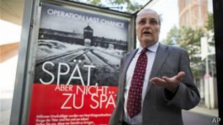 Эфраим Зурофф у анти-нацистского плаката