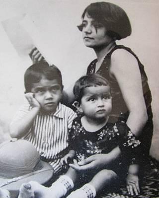 شهنتاج دیهیمی و مادرش که بالای سرش نشسته