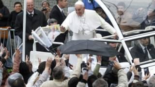 Papa cumprimenta fieis em Aparecida (Reuters)