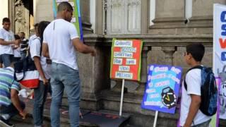 Pessoas homenageiam mortos na chacina diante da igreja da Candelária   Foto: Donna Bowater / BBC