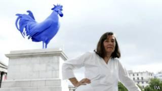 Скульптор Катарина Фритш на фоне синего петуха