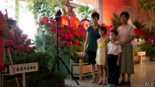 Familia norcoreana en exhibición militar