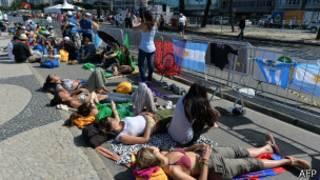 Participantes da Jornada Mundial da Juventude na orla do Rio, nesta sexta (AFP)