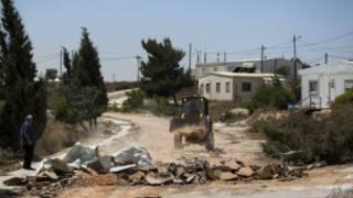 هدم مستوطنة اسرائيلية غير شرعية في الاراضي الفلسطينية