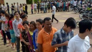 ကမ္ဘောဒီးယား ပြည်သူတွေမဲပေးနေစဉ်