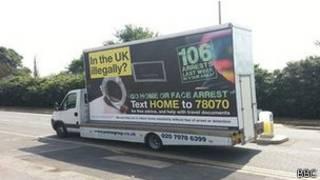 Carro com pôster de campanha por retorno de imigrantes | Foto: BBC