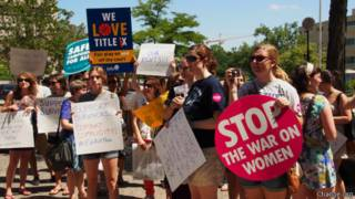 Manifestação pedindo investigação de universidades | Foto: Change.org