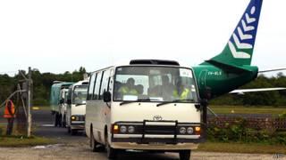 اتوبوس حامل پناهجویان هنگام ورود به جزیره مانوس