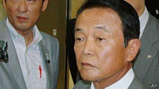 麻生太郎在財務省被媒體記者包圍(1/8/2013)