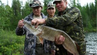 Владимир Путин с пойманной щукой в Туве 26 июля 2013 года