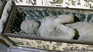 """""""momia"""" encontrada en una casa de Diepholz, Alemania"""