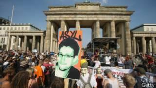 Демонстрация в поддержку Эдварда Сноудена у Бранденбургских ворот в Берлине 27 июля 2013 года