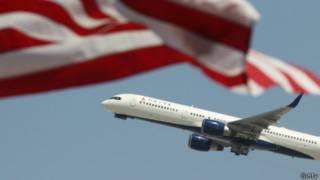 一架飛機從洛杉磯機場起飛