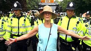 Una mujer protesta frente a la policía en Balcombe
