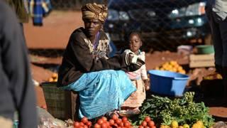 Mujer vende frutas en calle de harare, Zimbabwe