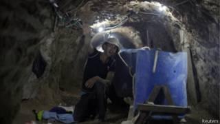 Палестинец в тоннеле в районе Рафаха