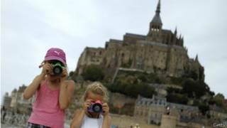 Девочки-туристки с фотоаппаратами