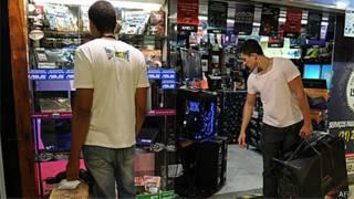 Consumidores olham vitrine de loja de eletrônicos no Rio e Janeiro (AFP/Getty)