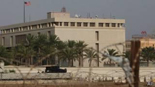 Бахрейнская бронемашина охраняет посольство США в Манаме 4 августа 2013 года