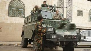 Soldados diante da embaixada britânica no Iêmen | Foto: Reuters
