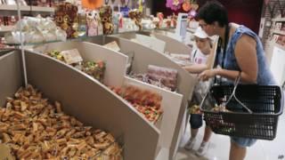 रोशेन कॉरपोरेशन के चॉकलेट्स की एक दुकान