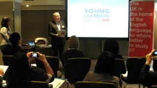 English UK定期帶中介機構到英國考察,圖為Young Learners English UK連聯合主席布魯斯介紹情況。