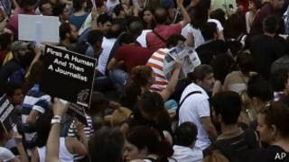 Gazteciler İstiklal Caddesi'nde protesto gösterisi yapıyor