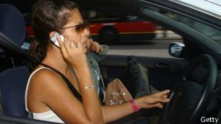 Женщина с телефоном за рулем