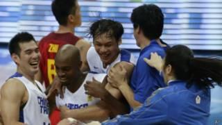 台灣的中華台北男子籃球隊在亞錦賽擊敗了強隊中國隊後,台灣男籃隊員相擁慶祝(09/08/2013)