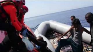 Мигрантов пересаживают из лодки