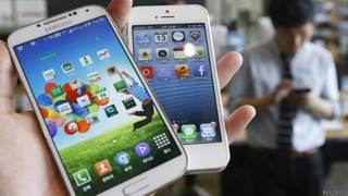 Celular de Samsung frente a celular de Apple