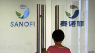 一名雇员推门进入赛诺菲上海办事处(2/8/2013)