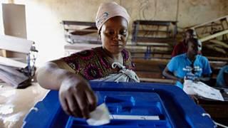 Wata mata tana kada kuri'a a Mali