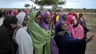 Женщины Сомали стоят в очереди за гуманитарной помощью