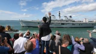 Британский военный корабль HMS Illustrious направляется к Гибралтару