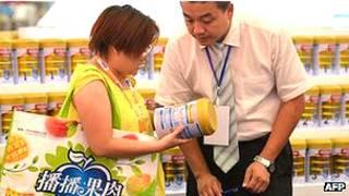 Compradores de leche en polvo en un supermercado en China