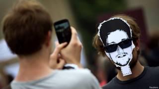 Hombre toma una foto con su teléfono inteligente.