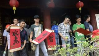 Sỹ tử đến cầu may mắn ở Văn Miếu, Hà Nội, trước kỳ thi đại học