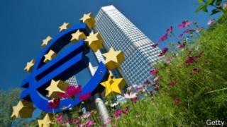 Знак евро у здания ЕЦБ