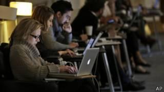Personas con computadores en la Biblioteca Británica de Londres