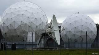 اجهزة استقبال اقمار صناعية أمام وكالة الأمن القومي الأمريكية