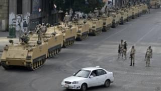 Quân đội Ai Cập tuần tra trên Quảng trường Tahrir