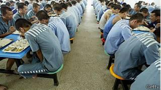 Prisioneros en la cárcel de Haikou. Foto de archivo 2005