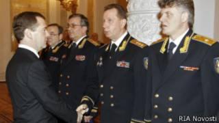 Бывший начальник службы безопасности президента России Виктор Золотов (второй справа) на церемонии вручения знамени ФСО России 14 декабря 2011 года