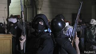 Cảnh sát vào bên trong đền thờ tại Cairo