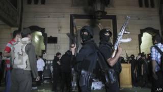 Forças egípcias dentro da mesquita | Foto: AFP