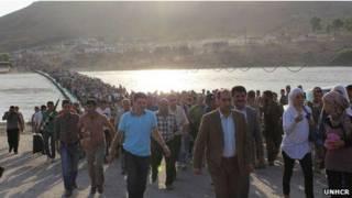 Refugiados sírios cruzando fronteira com Iraque   Foto: ACNUR/UNHCR