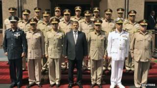 الرئيس المعزول محمد مرسي وسط الجنرالات