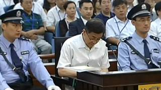 薄熙来于庭审期间做笔记(中国中央电视台截屏24/8/2013)